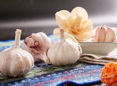 腊八节的习俗也有泡制腊八蒜